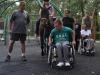 Ci, którzy nie mają możliwości jeździć konno pomagają prowadząc konie. Na zdjęciu Parkur oraz cały zespół terapeutyczny. Fot. Klub Gaja. — w miejscu: Zespół Szkół Specjalnych nr 4 w Sosnowcu