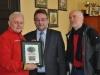 Pamiątkowy pergamin z wizerunkiem Dębu Słowianin otrzymał Rob McBride od Bogdana Szczęśniaka Burmistrza Laskowic.