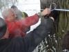 Mierzenie obwodu drzewa.
