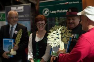 Na zdjęciu prezes Klubu Gaja Jacek Bożek wręcza statuetkę Drzewa Roku przedstawicielom Gminy Jelcz-Laskowice, gdzie rośnie zwycięzca konkursu - Dąb Słowianin.