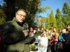 Z-ca Dyrektora Centrum Informacyjnego Lasów Państwowych Sławomir Trzaskowski czyta drzewom.