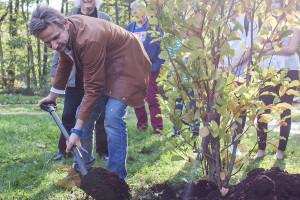 Bartek Topa sadzi drzewo podczas inauguracji 12.edycji Święta Drzewa - Drzewa Wolności